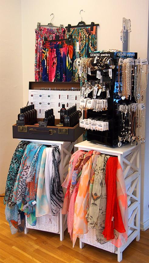 En del av de smycken, accessoarer och sjalar som säljs på Salong Cheveux.