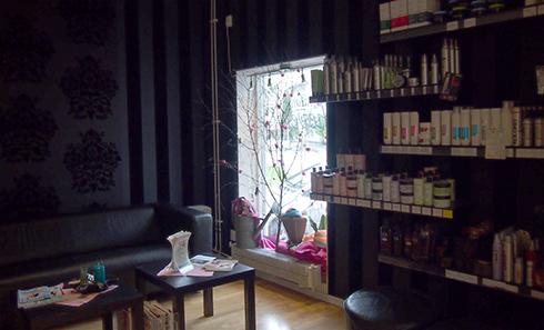 Insidan av salongen; produkter som finns till försäljning och vår trevliga soffhörna.