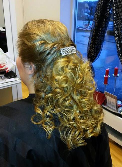 En uppsättning av halva håret för brud eller bal, gjord av Agneta.