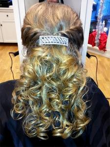 En uppsättning med halva håret, gjord av Agneta.